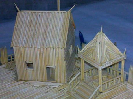 花费了一个多月时间,使用了近2000根牙签,搭盖起了一座美轮美奂的房屋